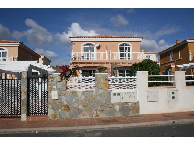 Charming modern 2 bed Accomodation on golf course in Caleta de Fuste